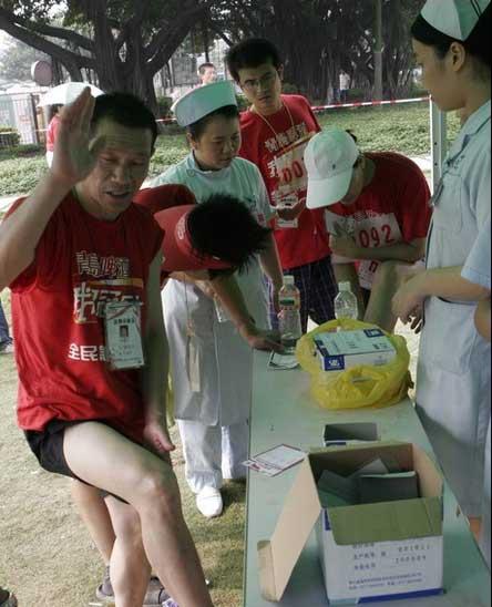 """图文:""""我是冠军""""广州赛区 受伤选手接受治疗"""