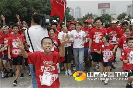 """图文:""""我是冠军""""广州赛区 一马当先的小选手"""