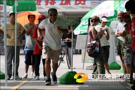 """图文:""""我是冠军""""广州赛区 老大爷的努力"""