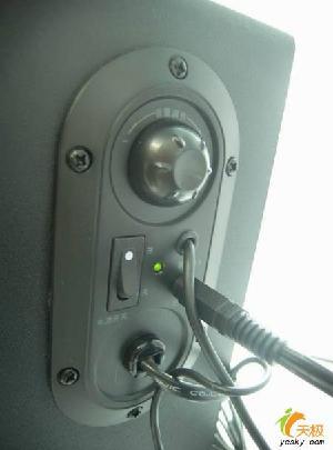 面板上设置有音量调节旋钮和重低音开关