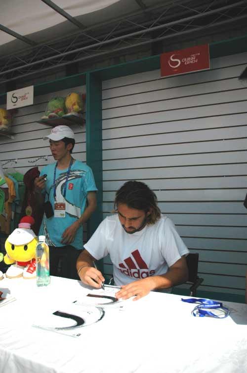 图文:06中网男单正选赛第一日 巴格达蒂斯签名