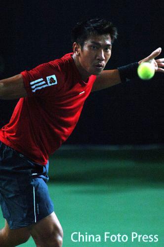图文:06中网男单首轮 斯里查潘回球