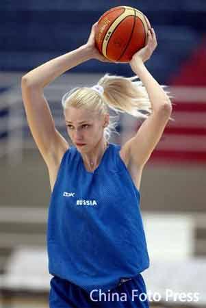 图文:俄罗斯队备战女篮世锦赛 球员在训练赛中