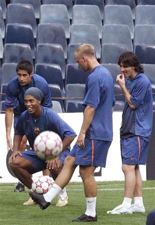 图文:巴萨备战欧洲冠军杯 小罗梅西表情轻松
