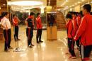 图文:亚少赛中国1-2朝鲜 领队郭辉组织就餐
