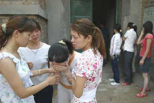 死者陈卓的婶婶(左三)从太平间出来,不由得放声痛哭