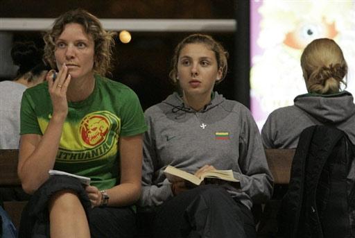 图文:立陶宛女篮法国转机 队员看书等待