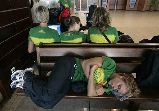 图文:立陶宛女篮法国转机 疲惫队员躺在长椅上