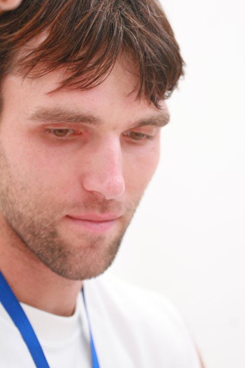 图文:卡洛维奇为球迷签名