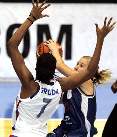 图文:女篮世锦赛捷克VS法国 捷克队员上篮