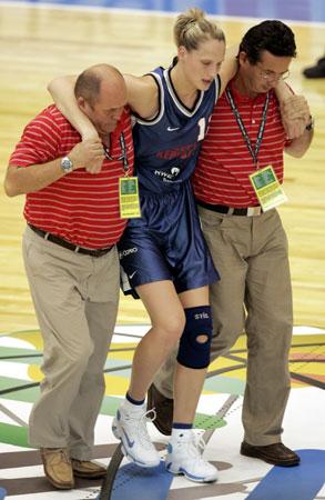 图文:女篮世锦赛捷克VS法国 捷克队员受伤下场