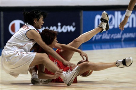 图文:女篮世锦赛西班牙VS韩国 双方球员拼抢