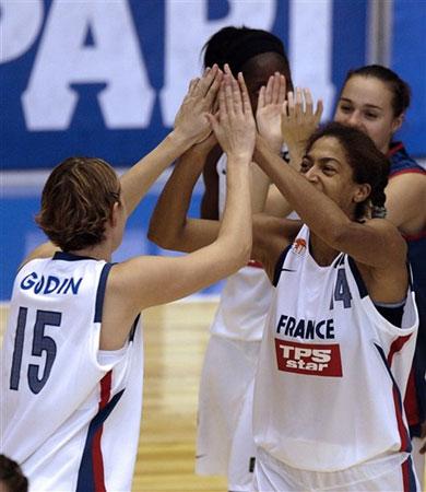 图文:女篮世锦赛法国62-58捷克 队员庆祝胜利