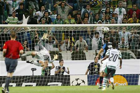 图文:冠军杯里斯本1-0国米 国际米兰失球瞬间