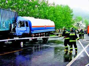重庆一辆罐车追尾17吨柴油泄漏 村民冒险抢接油