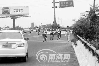东线高速公路府城入口处行人车辆危险逆行