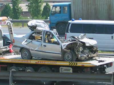 京石高速五天两起惨烈车祸 轿车追尾大货,两死一伤