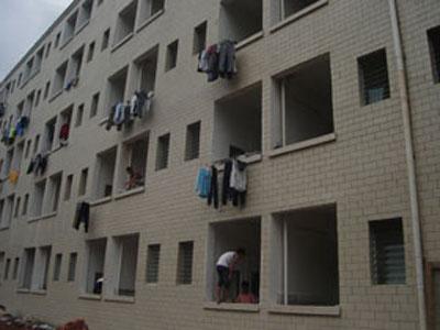 海南学生住未完工公寓 怪味导致头晕流鼻血(图