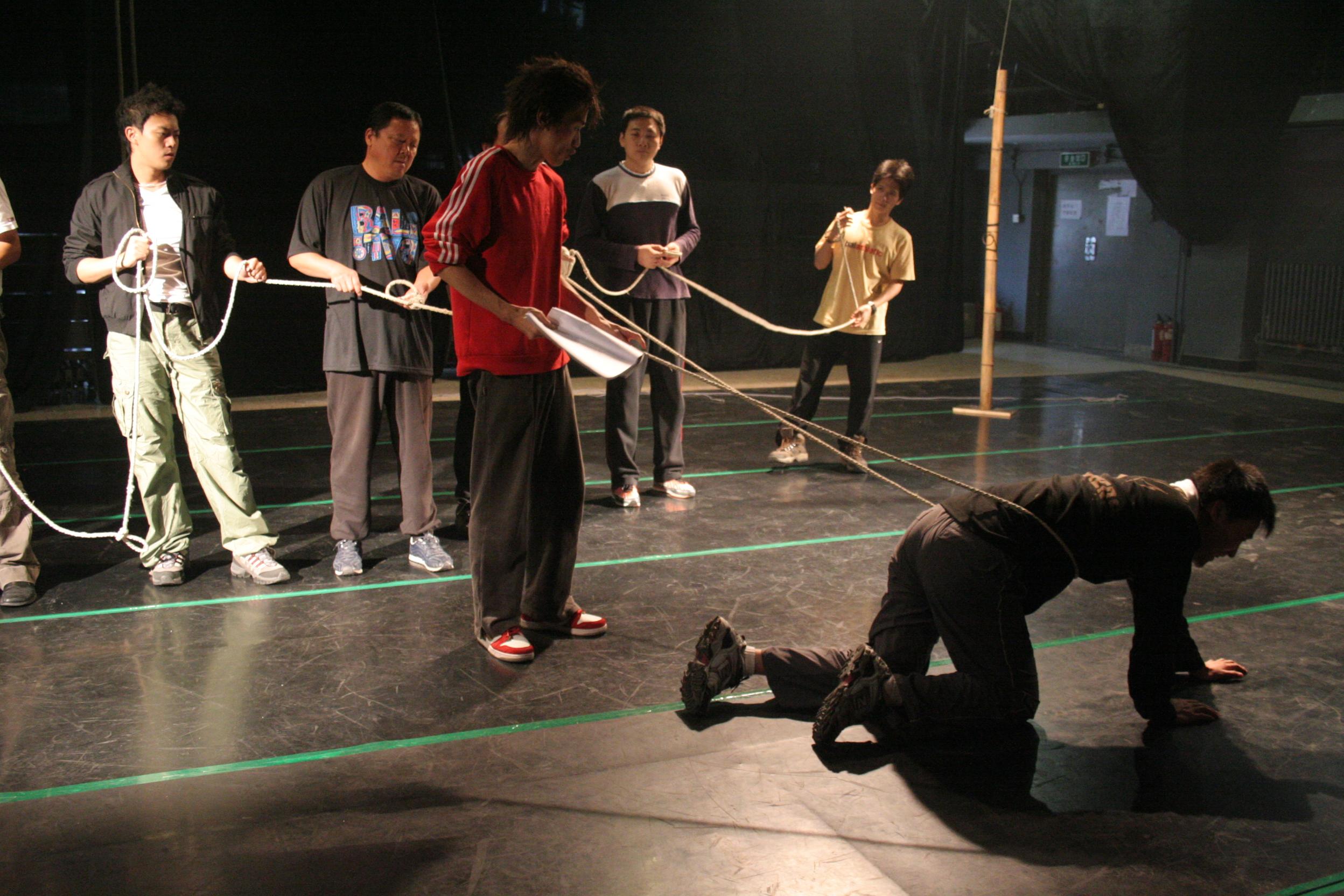 图:话剧《一个和八个》排练照—5