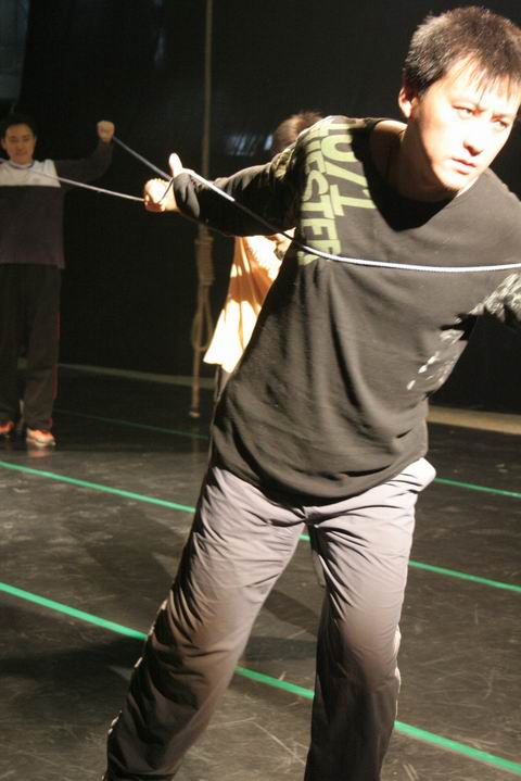 图:话剧《一个和八个》排练照—刘小峰