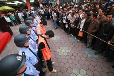 南昌整治火车站周边环境 首次公开处理12人(图)