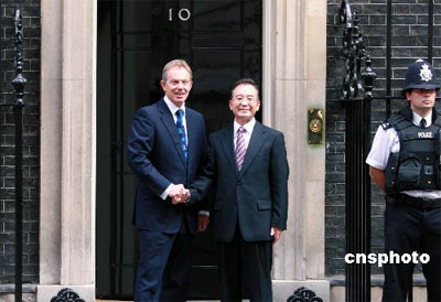 图:英国首相布莱尔在首相府欢迎温家宝总理
