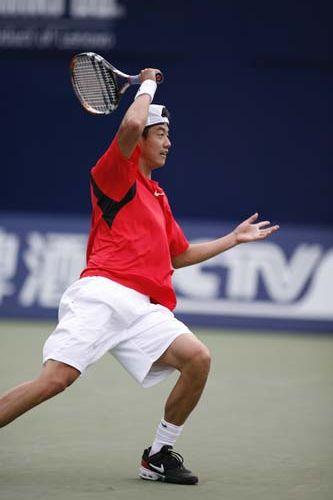 图文:06中网男单晋级赛 王宇佐对阵巴奋力拼杀