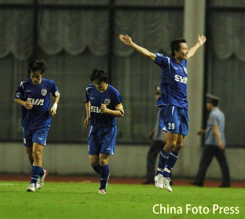 图文:亚冠上海申花VS全北 申花队员庆祝进球