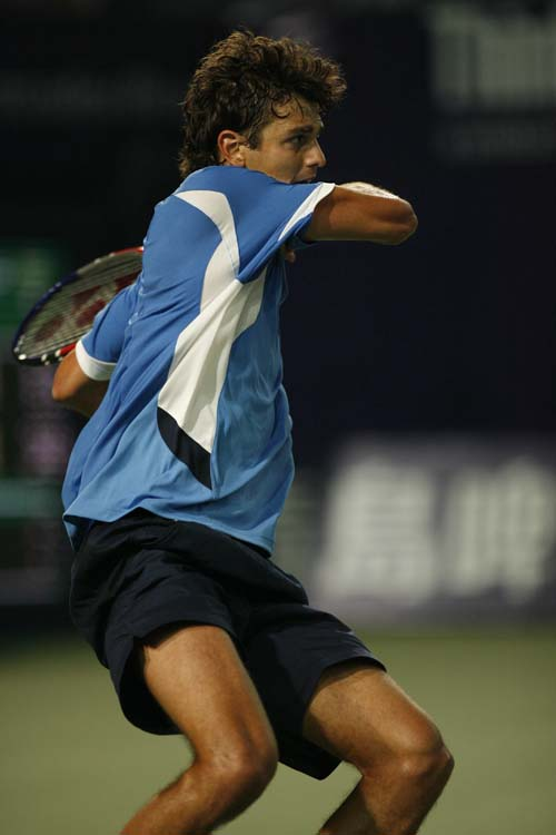 图文:06中网男单晋级赛 大个安西奇马步击球