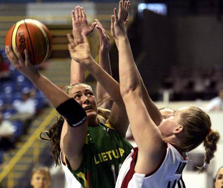 世锦赛图:加拿大VS立陶宛 奥布里封堵对手上篮