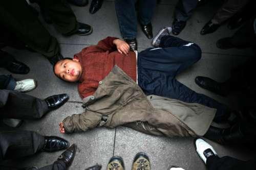 7大叔论坛新人图片区q-2006年2月20日,重庆市江北区步行街,当场被抓的小偷在地上耍赖不