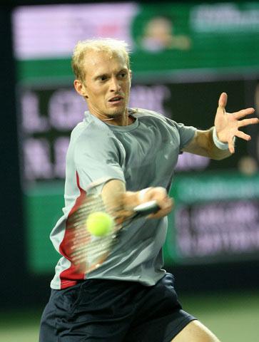 图文:06中网男单第2轮 达维登科右手大力回球