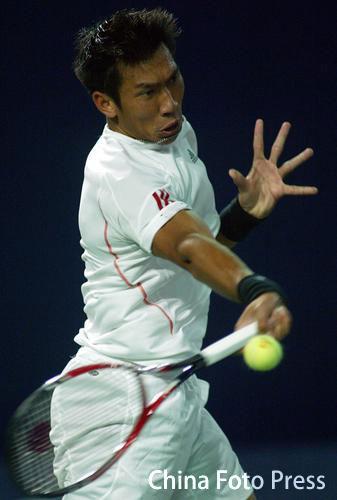 图文:中网男单晋级赛 斯里查潘大力回球