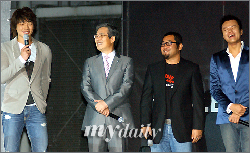 "Rain出席某品牌发表会 借机""报复""老师(图)"