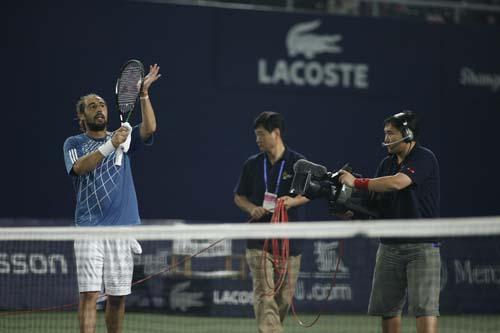 图文:男子四分之一决赛 巴格达蒂斯致谢观众