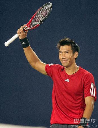 图文:中网男单正赛第三轮 斯里查潘向观众致意