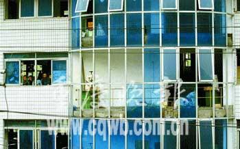重庆一制鞋厂烘鞋机爆炸 震飞两层楼玻璃窗(图)