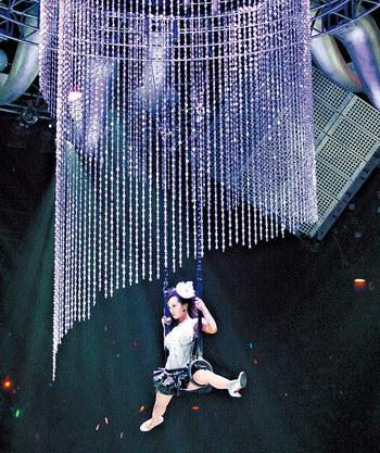 蔡依林香港开唱技惊四座 倒吊G奶半空玩瑜珈