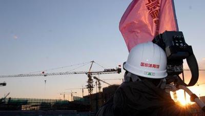 图文:探营国家体育馆工地 记者在工地拍摄采访