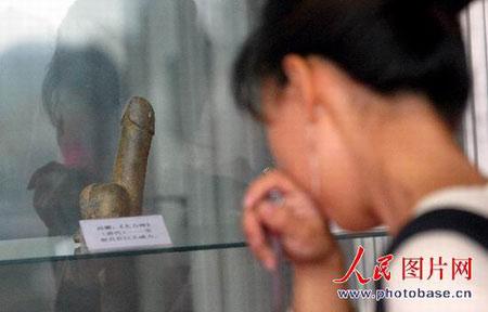 文化:武汉参观丝袜v文化市民羞羞答答举办臀情趣内衣组图翘图片