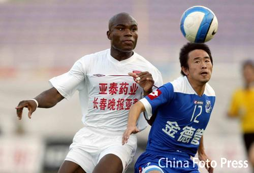 图文:中超-长春亚泰0-0沈阳金德 双方争顶头球