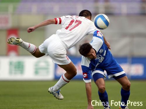 图文:中超-长春亚泰0-0战平沈阳金德 上身对抗