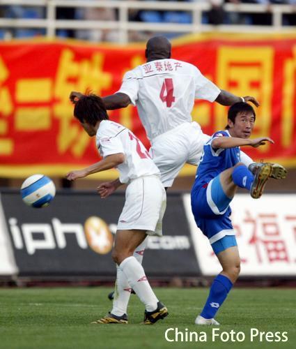 图文:中超-长春亚泰0-0沈阳金德 二打一抢断