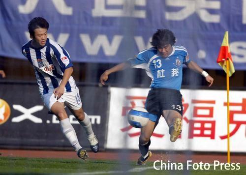 图文:中超-大连实德1-0西安国际 逼界外球