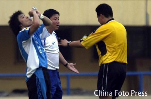 图文:中超-大连1-0西安国际 成耀东与裁判理论