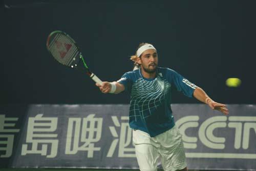 图文:06中网男单半决赛 巴格达蒂斯顽强拼搏