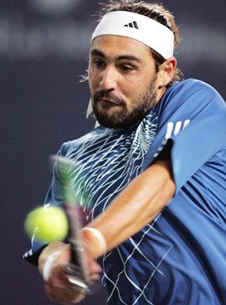 图文:中网男单半决赛 巴格达蒂斯双手大力回球