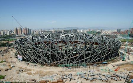 图文:鸟瞰鸟巢建设 钢结构立面桁架柱安装完成