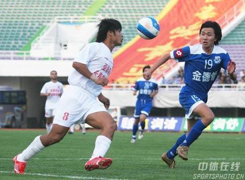 图文:中超-长春0-0沈阳金德 杜震宇带球突破