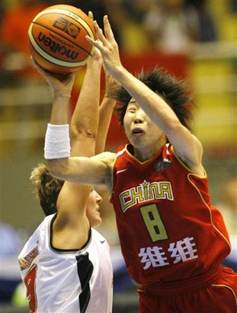 图文:女篮世锦赛中国VS捷克 苗立杰突破上篮